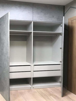 Серый распашной шкаф